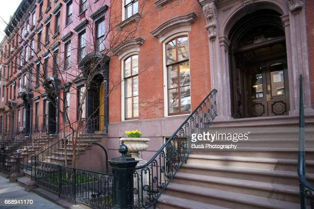 elegant brownstones in chelsea, new york city - piedra caliza fotografías e imágenes de stock