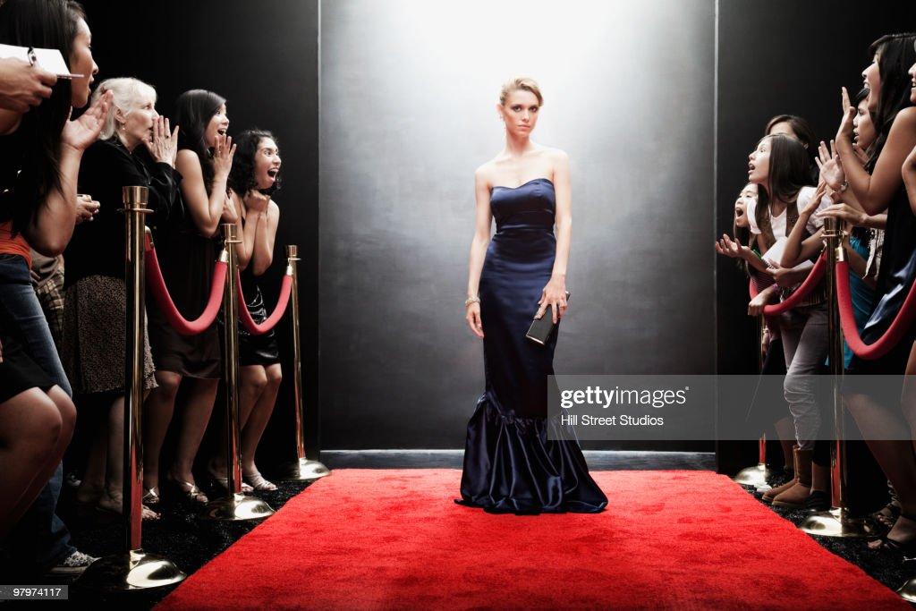 Elegant Caucasian woman posing on red carpet : Stock-Foto