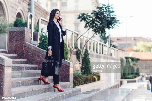 Elegante kaukasischen Frau Gespräch auf ihr Telefon