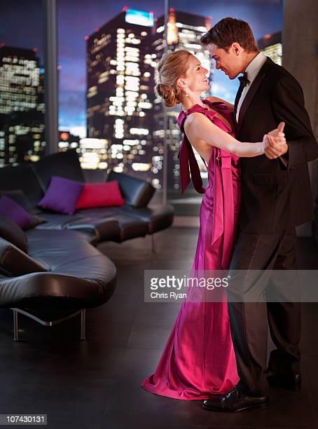 Elegantes Paar Tanzen im Wohnzimmer