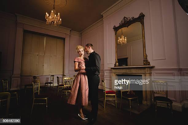 elegantes paar in zeitlupe tanzen in einem ballsaal - ballsaal stock-fotos und bilder