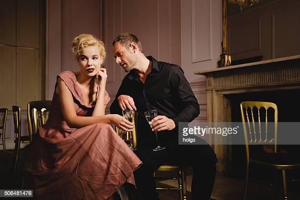 エレガントな話すカップルにワインのボールルーム - ボールルーム ストックフォトと画像