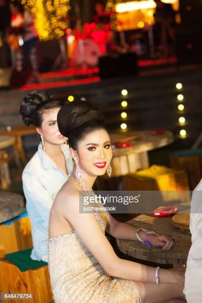 elegante vestido de kathoeys tailandesas teniendo un descanso - kathoey fotografías e imágenes de stock