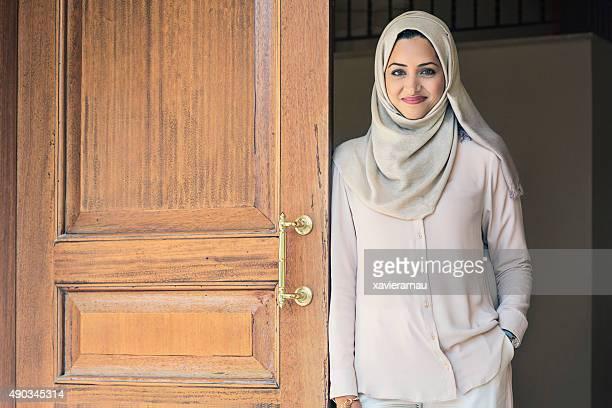 Élégante femme des Émirats arabes unis