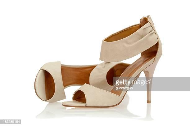 Eleganten High-Heels-Sandalen mit Knöchelriemen in nude Farbe