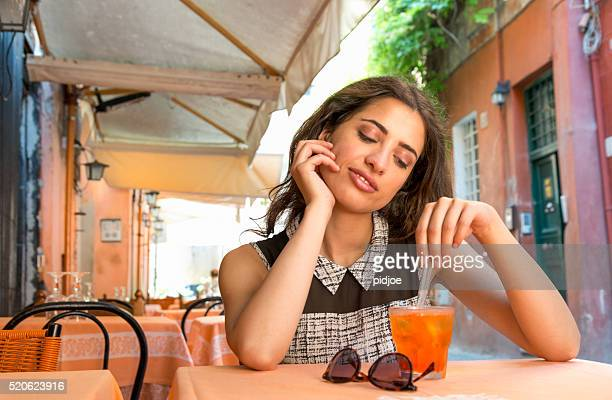 Elegante ragazza beve aperitivo italiano