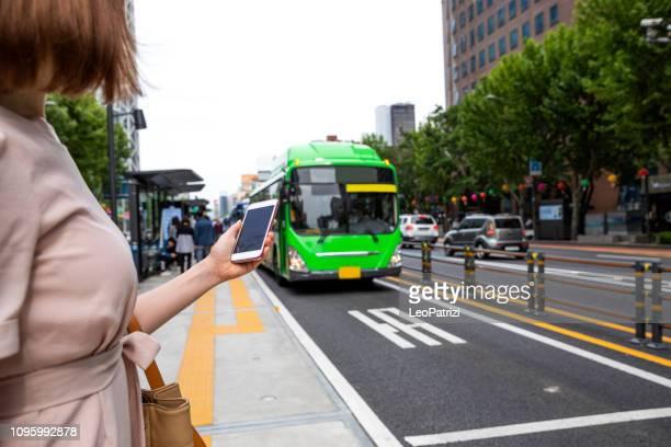 ソウル市のダウンタウンにエレガントな韓国人女性 - 韓国 ストックフォトと画像