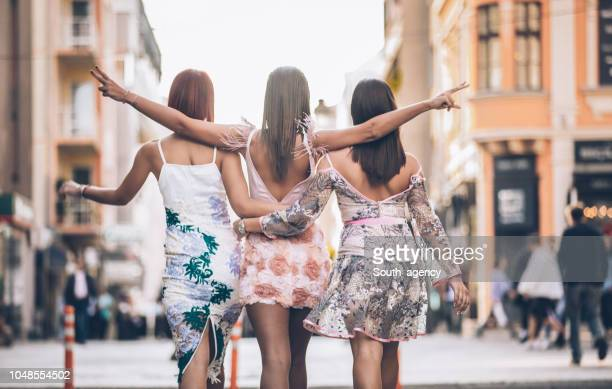 senhoras elegantes na cidade - saia - fotografias e filmes do acervo