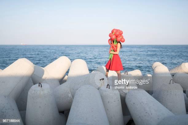 elegante dame verstopt achter haar ballon boeket - ongebruikelijk stockfoto's en -beelden