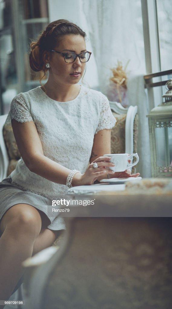 Elegante Dame mit Kaffee : Stock-Foto