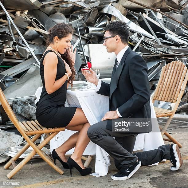 Elegante hombre dando un anillo de compromiso en el vertedero