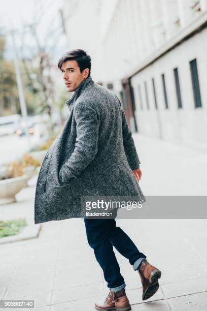 elegante man in de stad - omkijken stockfoto's en -beelden