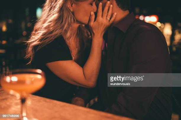 ロマンチックなデートでキス熟女カップル、エレガントなバーで夜 - キス ストックフォトと画像