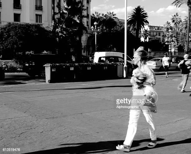 asombroso mujer madura paseo
