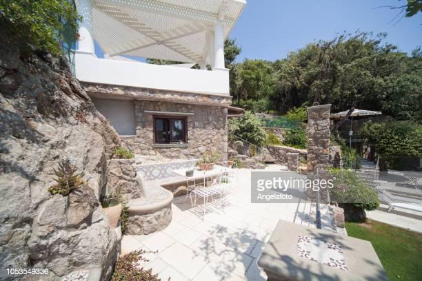 élégant jardin méditerranéen avec gazebo - européen du sud photos et images de collection