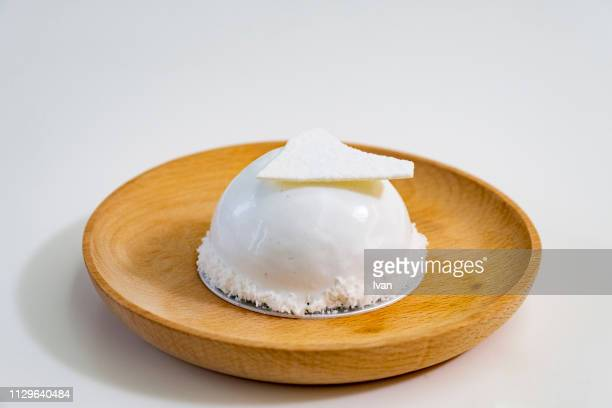 elegant, minimalist white chocolate cake decorated with crispy meringue - 盛り皿 ストックフォトと画像