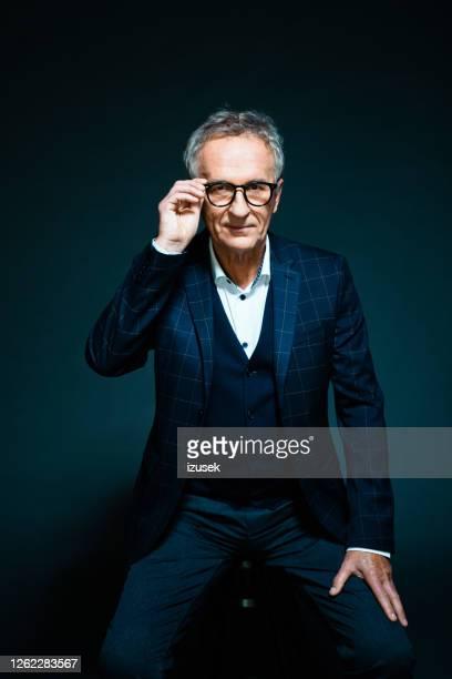 eleganter senior mann, mode-porträt - izusek stock-fotos und bilder