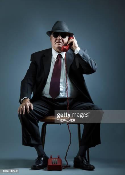 Elegante senior Mann sprechen auf vintage Telefon