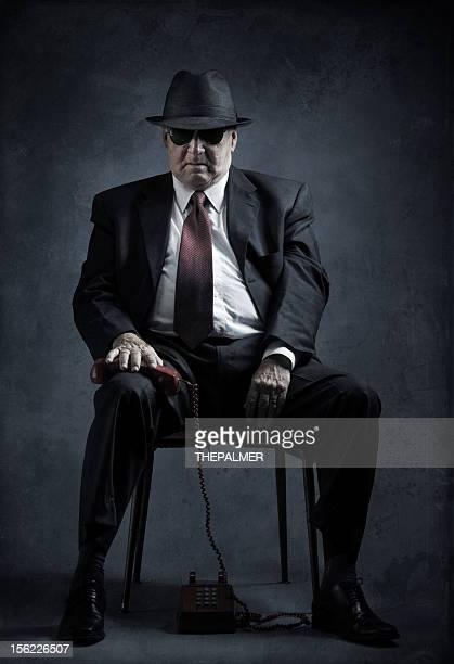 Élégant homme senior avec téléphone vintage