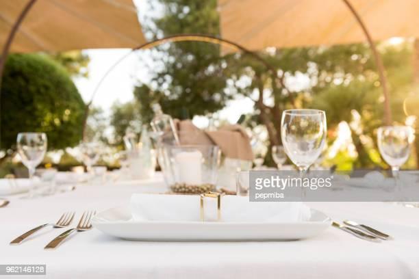 Elegante mesa de comedor al atardecer