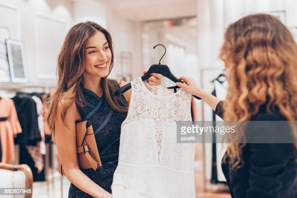 bying mulher elegante um vestido novo - vestido de renda - fotografias e filmes do acervo