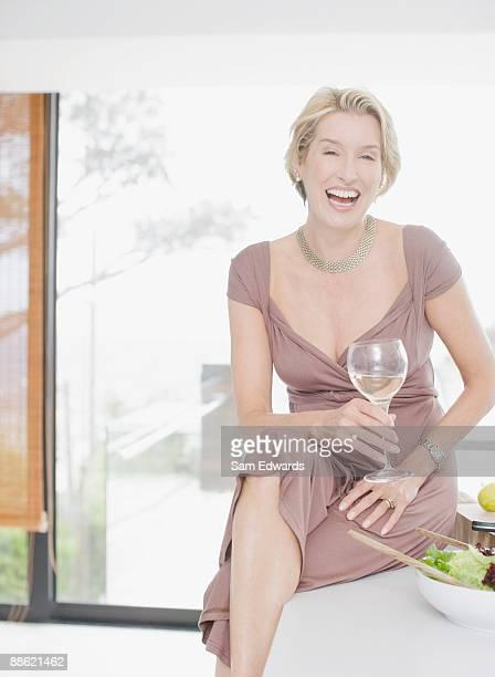 優雅な女性の白ワインを飲む - よそいきの服 ストックフォトと画像