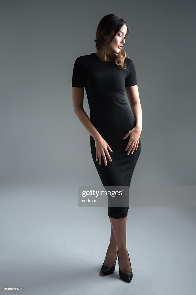 Mulher elegante em um vestido preto : Foto de stock