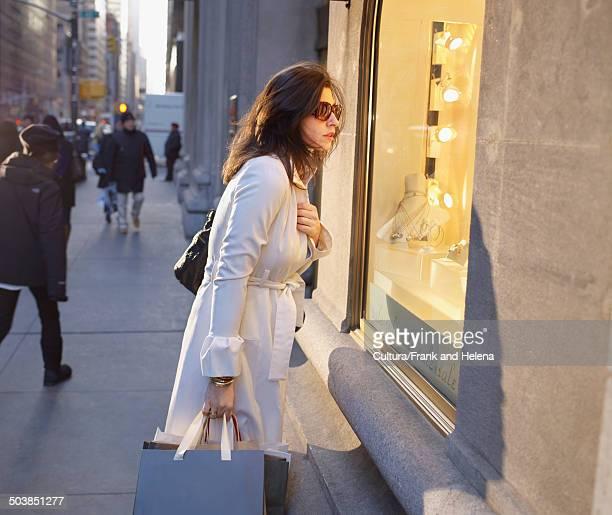 elegant woman in new york street - helena price stock-fotos und bilder