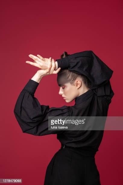 elegant woman in stylish wear in studio - na moda descrição imagens e fotografias de stock