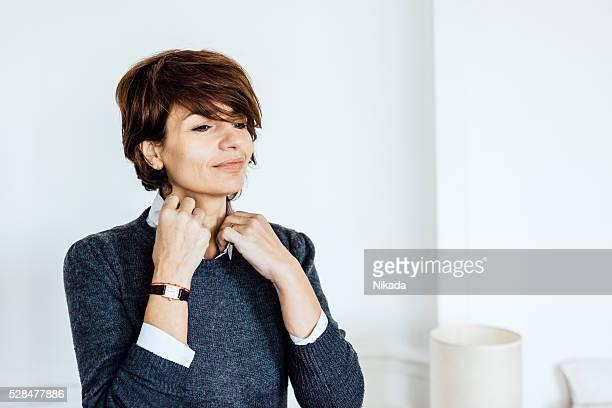 femme élégante, elle-même en regardant dans le miroir - 40 44 ans photos et images de collection