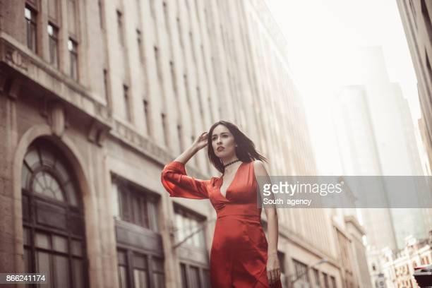 elegante mujer caminando por la calle - diseño descripciones fotografías e imágenes de stock