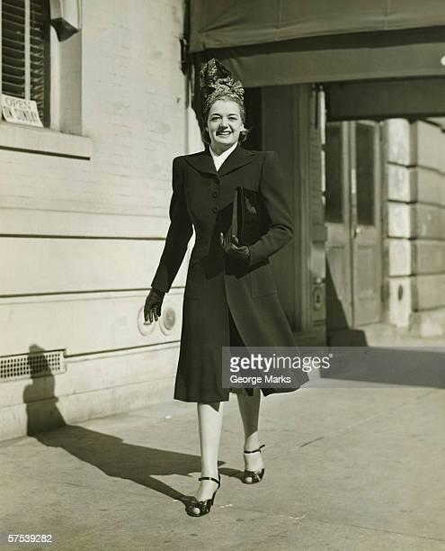 Élégante Femme marchant sur le trottoir (B & W