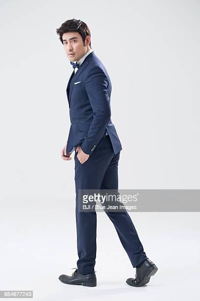 elegant young chinese man - smoking pak stockfoto's en -beelden