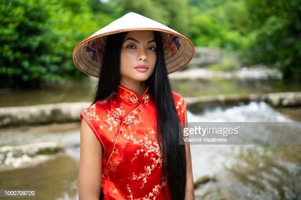 elegante junge frau in traditioneller chinesischer kleidung - aktmodell frau stock-fotos und bilder