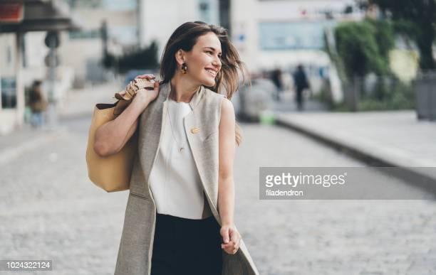 エレガントな若い女性 - スマートカジュアル ストックフォトと画像