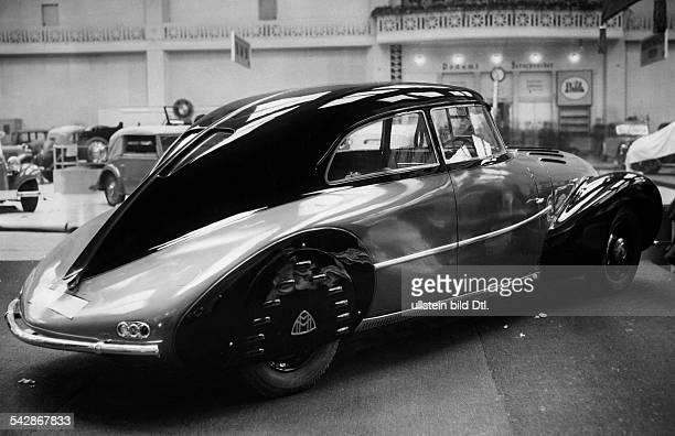 Eleganter Stromlinienwagen der Maybach Werke AutoAusstellung Berlin 1935