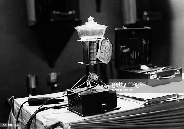 Elektrisches Gerät zum Erhitzen vonSpeisen erwärmt einen Topf und eineScheibe Brot 1929