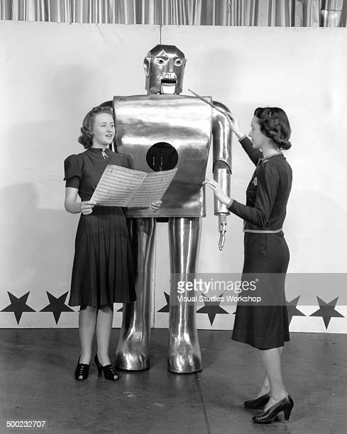 Elektro the robot displayed at the Westinghouse exhibit at the 1939 New York World's Fair sings through his sound mechanism as his mouth opens and...