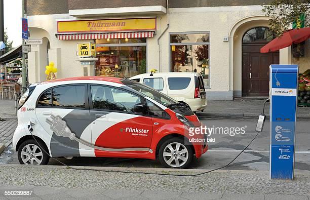 Elektrofahrzeug des Carsharing Unternehmens FLINKSTER an einer RWELadesäule in der Kanzowstrasse in BerlinPrenzlauer Berg