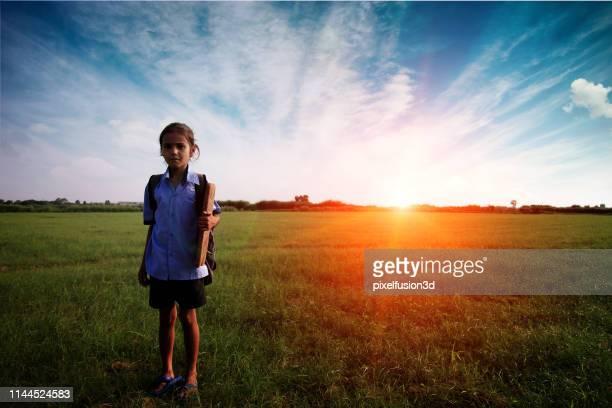elementära ålder barn stående porträtt utomhus. - utvecklingsland bildbanksfoton och bilder
