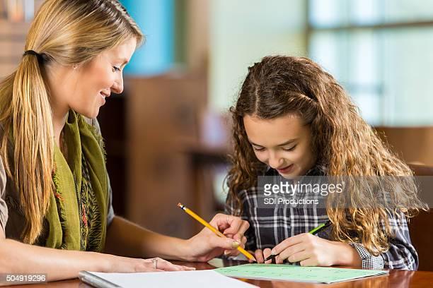 Kind im Grundschulalter Mädchen macht Hausaufgaben oder homeschool assignment math