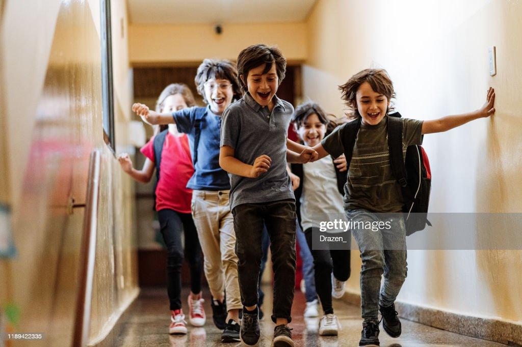 Grundschulbildung in Lateinamerika - Kinder laufen im Flur : Stock-Foto