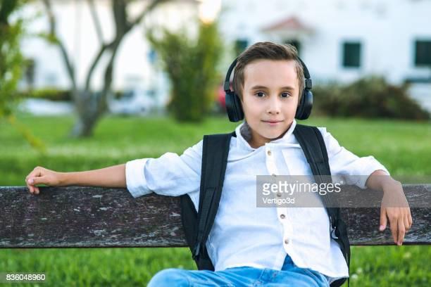 Basisschool jongen luisteren muziek