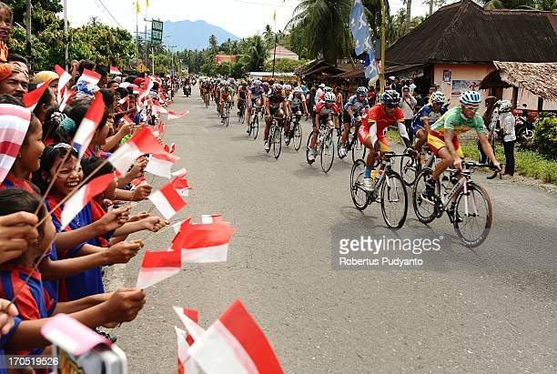 CONTENT] Elementary School Children of Padang regency supporting the riders with Indonesian flag during the Stage 7 Tour de Singkarak 2013