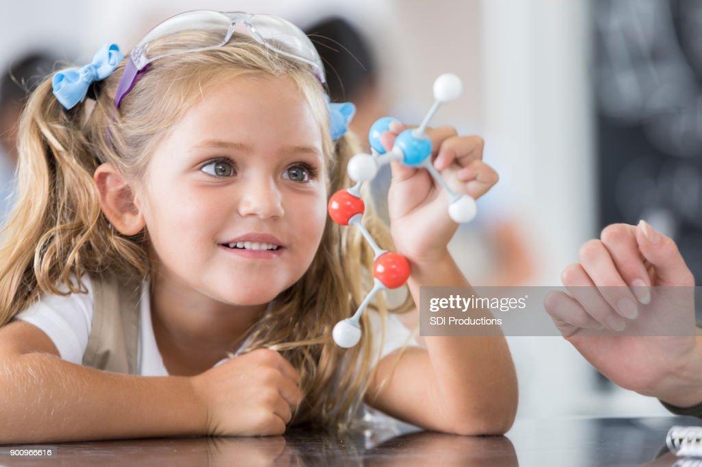 Estudiante de la escuela primaria en clase de Ciencias : Foto de stock
