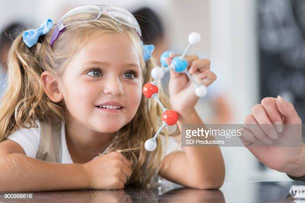 elementary school student in science class - raparigas imagens e fotografias de stock