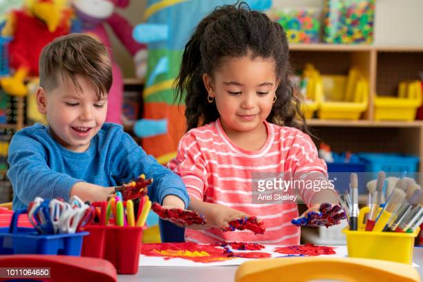 elementary school students finger painting - 4 girls finger painting stock pictures, royalty-free photos & images
