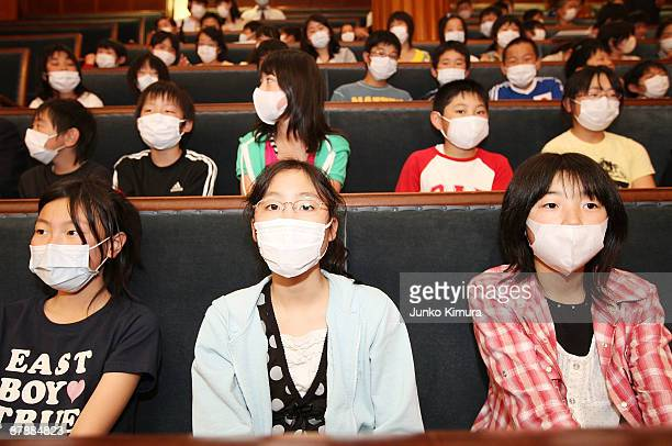 Elementary school students on study tour at House of Councillors wear facemasks on May 21 2009 in Tokyo Japan In order to prevent the spread of Swine...