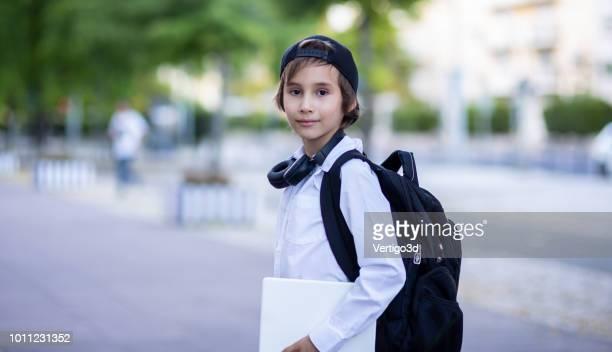escuela colegial con mochila fuera de la escuela - 8 9 años fotografías e imágenes de stock