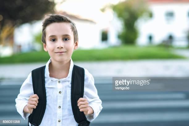 Elementaire schooljongen met rugzak